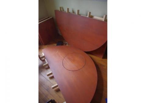 Table ronde 1,70 de diamètre, avec une trappe.